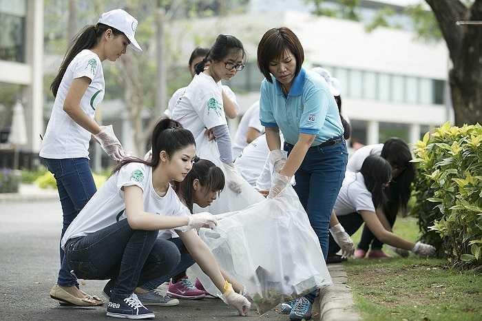 Ngọc Hân cùng hơn 1000 tình nguyện viên trong đó có cả những người khuyết tật thuộc Hội Câm Điếc TP Hồ Chí Minh cùng thể hiện bài hát 'Khoảng trời của bé'.