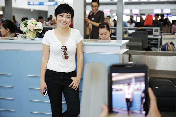 Trong trang phục giản dị, áo pull trắng quần jean đen, Phương Thanh bay một mình từ TPHCM sang Seoul, Hàn Quốc.