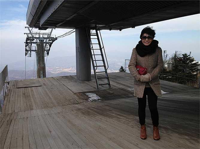 Chị sẽ cùng các thí sinh tham quan, luyện tập và ghi hình tại một khu trượt tuyết nổi tiếng Dragon Castle.