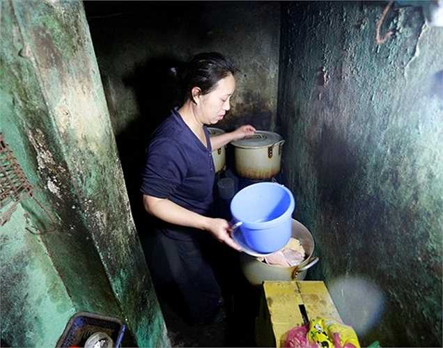 Quán phở 15.000 đồng/bát trên phố Minh Khai (Hai Bà Trưng)thực chất là một gánh phở rong đã có từ chục năm trước. Ban đầu, mỗi tô giá chỉ 5.000 đồng. Chủ nhân của quán phở giá rẻ này là chị Phượng, chị gắn với hàng phở này từ năm 2005.