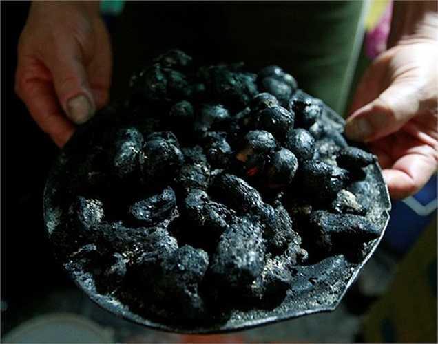 Hành, gừng tạo hương vị đặc trưng cho phở được anh Bình nướng cẩn thận mỗi ngày.