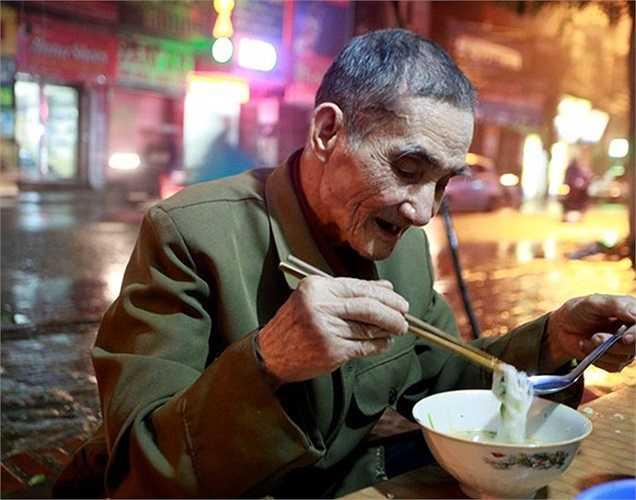 Người đàn ông này cho biết, trong hơn 5 năm qua, chiều nào cũng đến đây ăn. Chủ quán chỉ lấy của ông 10.000 đồng/tô, vì là vị khách quen.  Đến 22h đêm, mặc dù trời mưa nhưng khách vẫn rất đông.