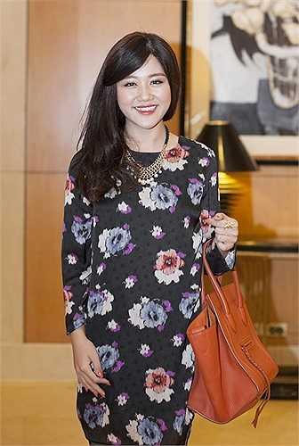 Diện chiếc đầm hoa xinh xắn, Văn Mai Hương ngày càng thu hút bởi gu ăn mặc thời trang của mình.