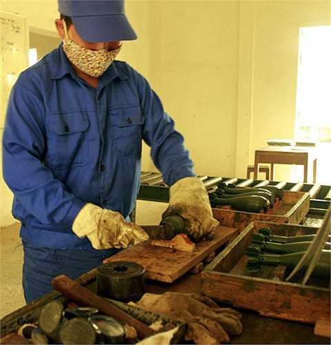 Đây là công việc được xếp trong danh mục nghề nặng nhọc, độc hại, nguy hiểm. Trong ảnh: Mở nắp phòng ẩm của đạn cối 60.