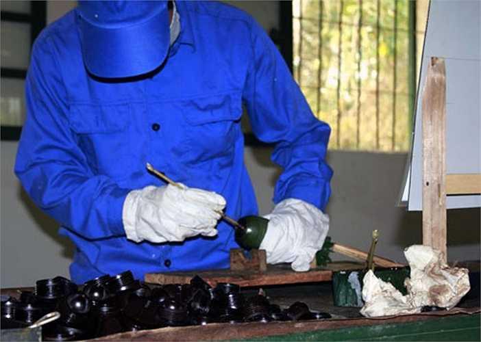 Lau sạch lần cuối và chuẩn bị đóng nắp phòng ẩm. Trước đó, đã có hai kỹ thuật viên lau chùi bảo quản vỏ đạn bằng rẻ sạch và khô.