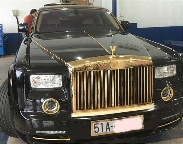 """Trong phiên bản Rồng lần này Royal Gold đã tạo ra sự mới lạ và độc đáo mang đậm bản sắc đặc trưng của văn hóa và lịch sử Việt Nam. Chiếc xe đã """"lột xác"""" với các họa tiết Rồng thời Lý, và các chi tiết nhỏ được độ vàng 24K."""