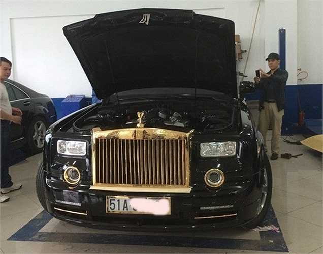 Toàn bộ lá chắn trước của mui xe, và phần sau được chạm khắc với biểu tượng Rồng thời nhà Lý. Hai đầu Rồng hướng quay vào và Logo của Rolls-Royce ở giữa.