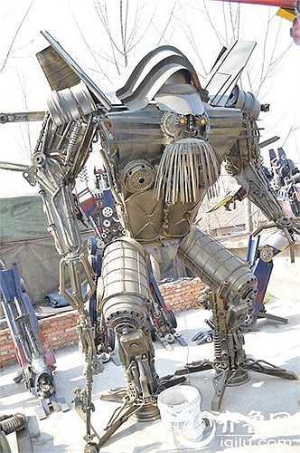 Robot lớn nhất cao 16m và nặng khoảng 5 tấn, tay chân của chúng thậm chí còn có thể cử động về phía trước và sau.