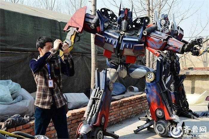 Sau khoảng 20 ngày miệt mài sáng tạo, 20 chú robot với hình dáng chẳng khác nào phiên bản trong bộ phim bom tấn Transformers đã ra đời.