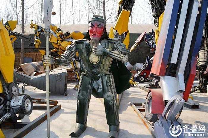 Robot biến hình làm từ phế liệu ngay lập tức thu hút sự chú ý của người dân địa phương và du khách.