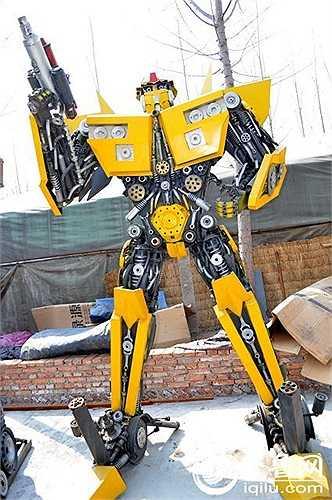 Li Hung, 21 tuổi, một thợ sửa chữa máy móc đang làm việc bán thời gian tại bãi phế thải là người lắp ráp con robot biến hình đầu tiên.