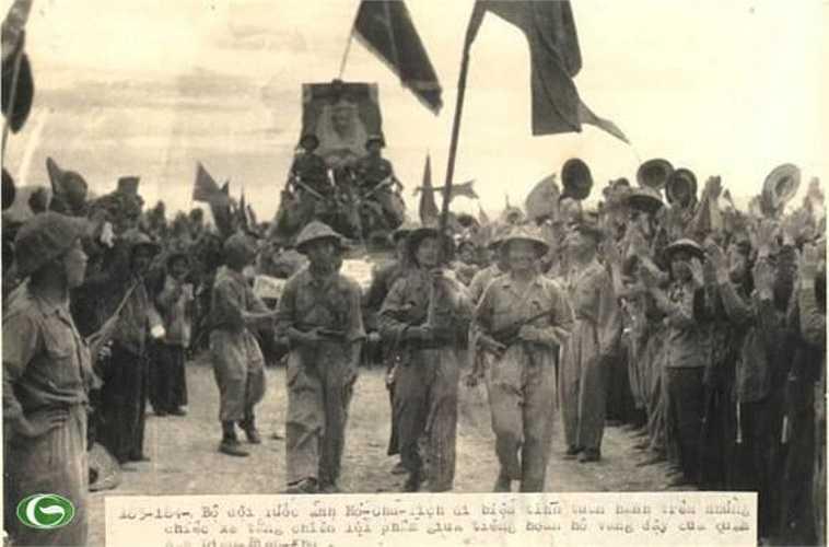 Bộ đội rước ảnh Chủ tịch Hồ Chí Minh đi tuần hành trên những chiếc xe tăng chiến lợi phẩm giữa tiếng hoan hô vang dậy của quân dân Điện Biên Phủ, năm 1954.