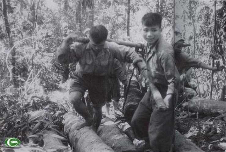 Các chiến sĩ tham gia đưa pháo vào trận địa