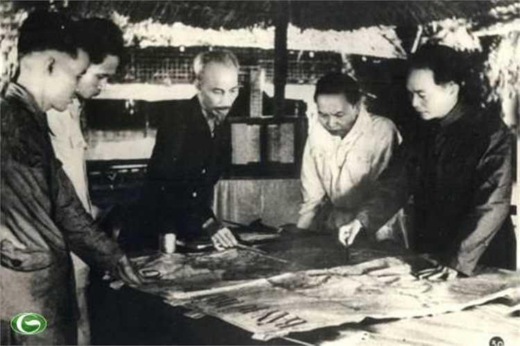 Chủ tịch Hồ Chí Minh cùng các đồng chí Trường Chinh (bên trái Chủ tịch), Phạm Văn Đồng (bên phải Chủ tịch), Võ Nguyên Giáp (ngoài cùng bên phải) quyết định mở Chiến dịch Điện Biên Phủ năm 1954.