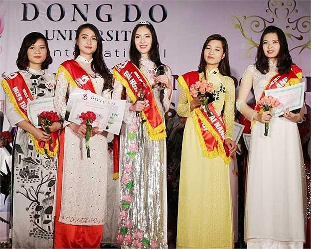 Vượt qua 20 gương mặt xuất sắc, nữ sinh Vũ Thị Ngọc - sinh viên K16 khoa ngoại ngữ đã vỡ òa cảm xúc khi giành ngôi vị cao nhất trong cuộc thi Miss HDIU 2014.