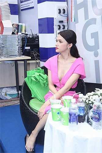 Trong buổi ra mắt sách Hương Giang xuất hiện với chiếc đầm hồng khéo léo khoe vòng một vô cùng gợi cảm của mình.