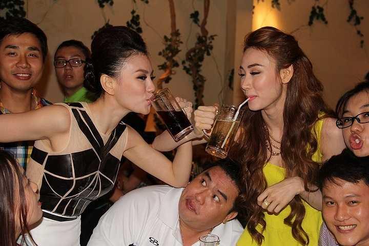 Sau khi đoạt giải quán quân Bước Nhảy Hoàn Vũ 2014, Ngân Khánh và Thu Thủy đã có bữa tiệc cảm ơn cùng chương trình tại một nhà hàng.