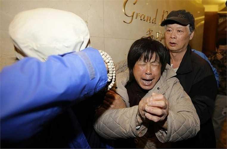 Người nhà các hành khách trên chuyến bay định mệnh đã òa khóc
