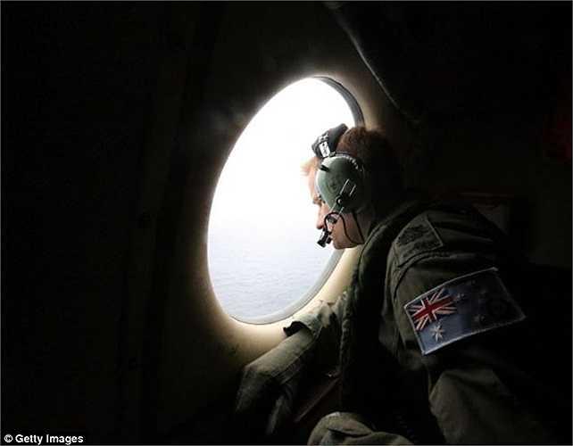 Binh sĩ Không quân Hoàng gia Australia tìm kiếm trên Ấn Độ Dương