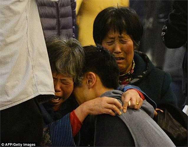 Những người thân hành khách ôm nhau bật khóc khi nghe thông báo