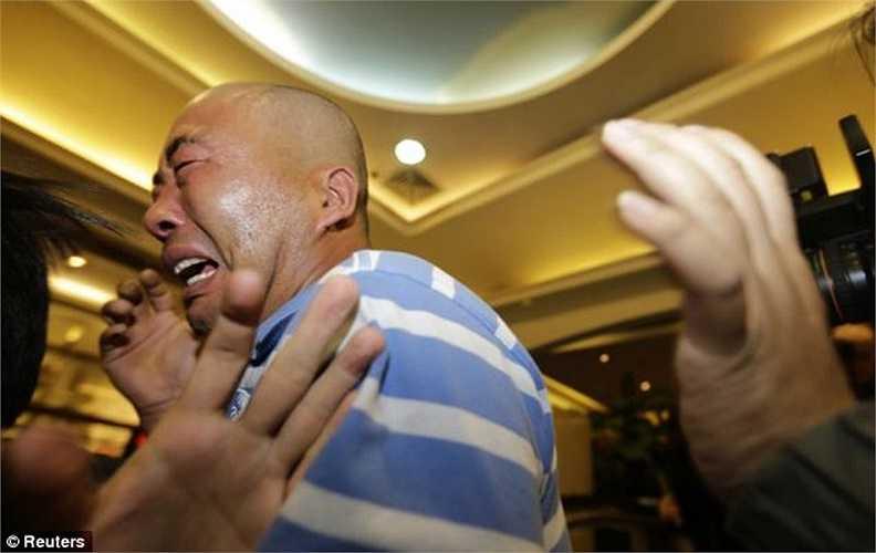 Những người đàn ông cũng không thể cầm được nước mắt