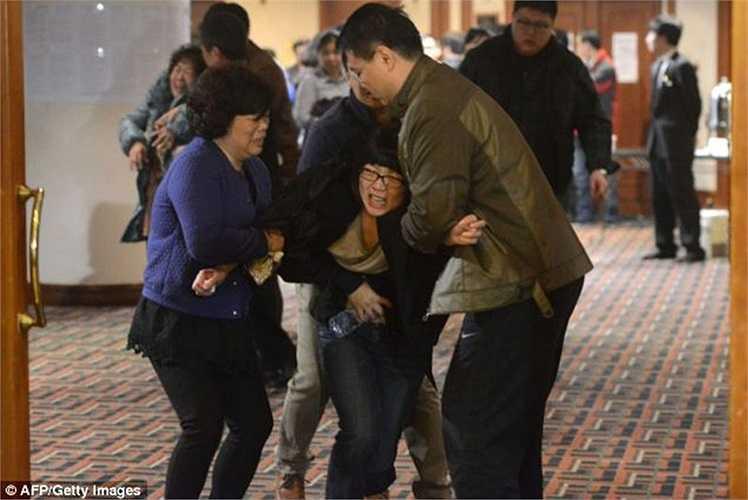 Những người phụ nữ ngã quỵ khi nghe tin thân nhân đã thiệt mạng