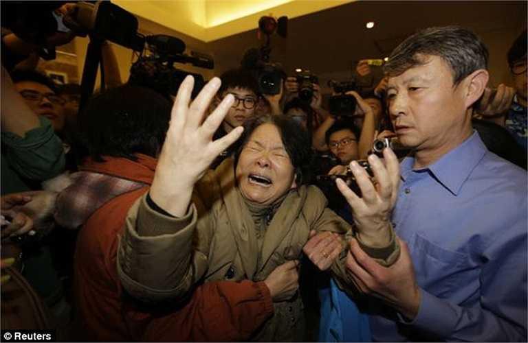 Một bà mẹ gào khóc sau khi nhận được thông báo từ chính quyền Malaysia