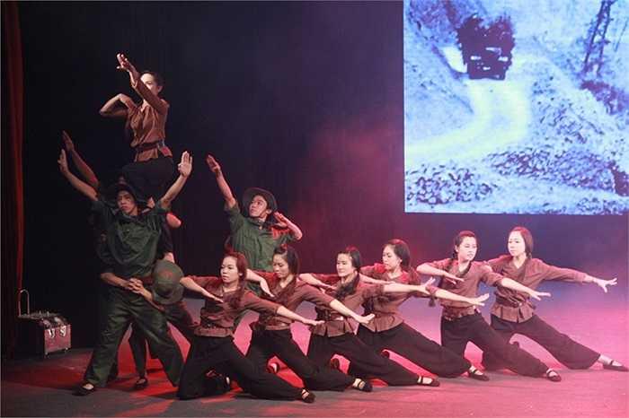 Điệu múa Hoa lửa của các nữ sinh ĐH Công đoàn đã xuất sắc đạt giải nhất cuộc thi bởi được dàn dựng công phu, ấn tượng