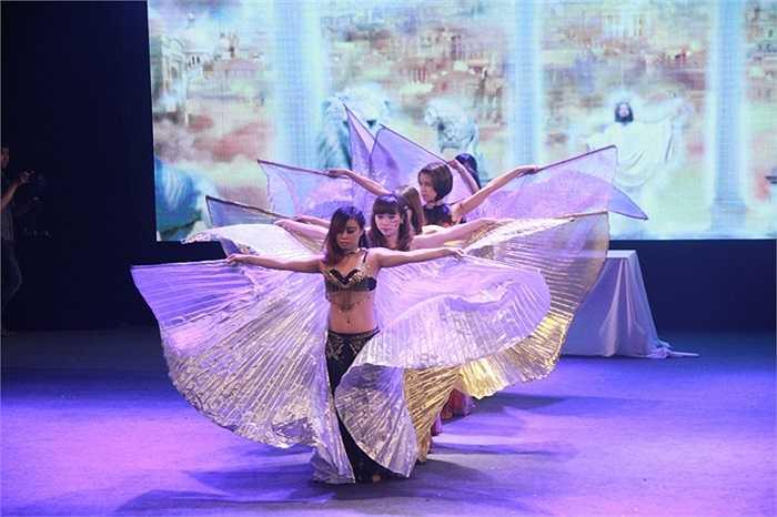 Màn múa bụng nóng bỏng của các nữ sinh ĐH Khoa học tự nhiên Hà Nội.