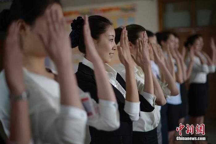 Trong ảnh là các nữ sinh đang được Ban nhân sự kiểm tra ngoại hình.