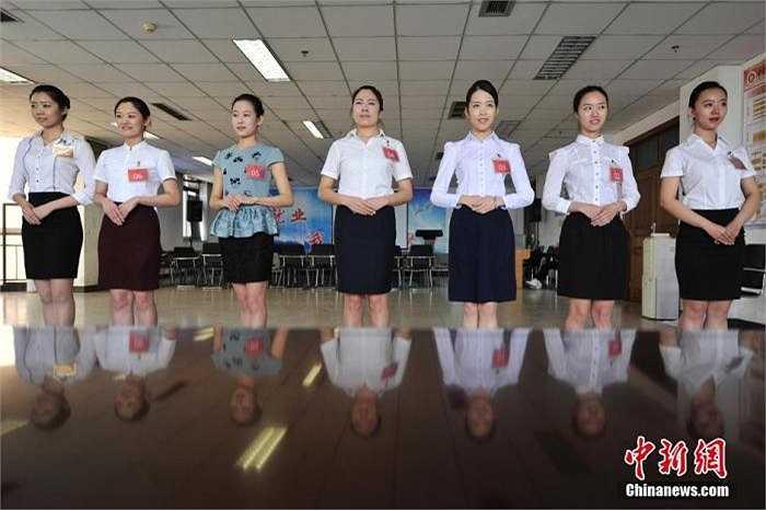 Để có thể giành được tấm vé trở thành tiếp viên hàng không, các cô gái này phải thỏa mãn nhiều yêu cầu gắt gao.