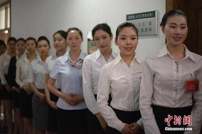Các cô gái với khuôn mặt có phần lo âu đang xếp hàng chờ đến lượt phỏng vấn.