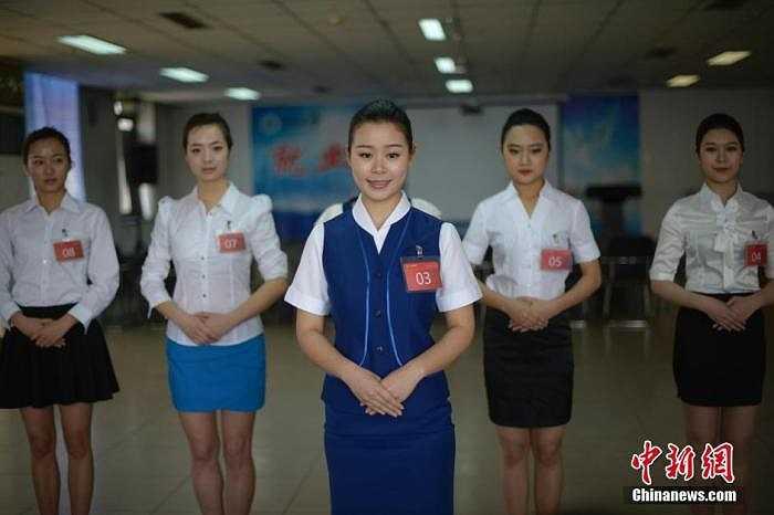 Những cô gái đang trải qua vòng ứng xử trước ban nhân sự.