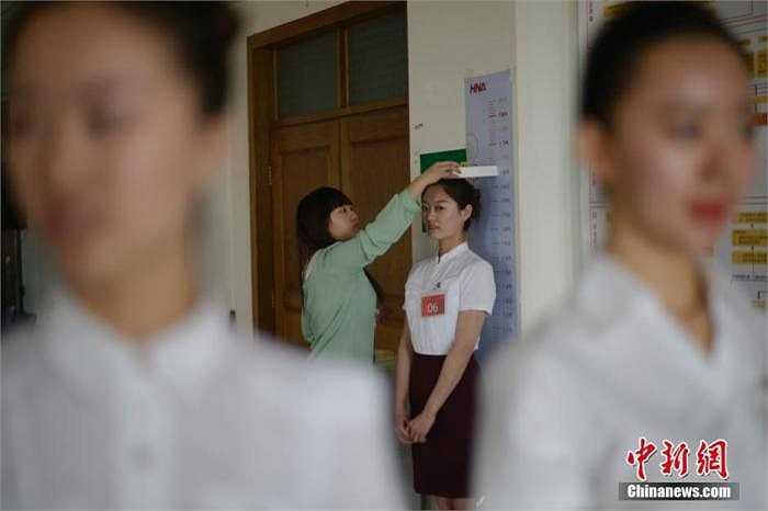 Một cô gái đang được kiểm tra chiều cao.