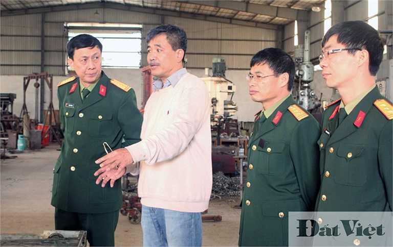 Sáng 24/3, đoàn làm việc của Viện Thiết kế tàu quân sự thuộc Bộ Quốc phòng đã có chuyến tham quan, khảo sát chiếc tàu ngầm Trường Sa 1 do doanh nhân Nguyễn Quốc Hòa (Thái Bình) tự chế tạo. (Trong ảnh: Đoàn làm việc gặp ông Nguyễn Quốc Hòa tại xưởng sản xuất của doanh nhân này).