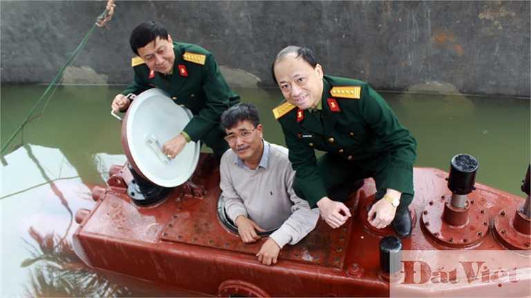 Viện trưởng Viện Thiết kế tàu quân sự Đào Ngọc Thạch (bên phải), Viện phó Phạm Chí Linh chụp ảnh kỷ niệm với ông Nguyễn Quốc Hòa và tàu ngầm Trường Sa.