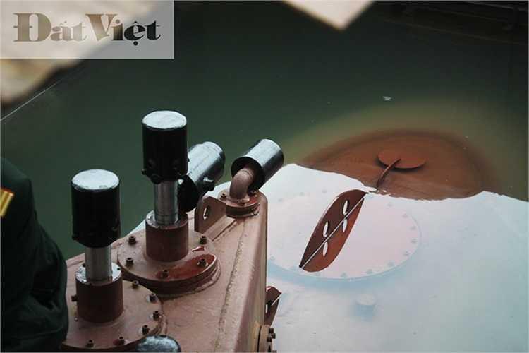 Đồng thời, các chuyên gia của Viện Thiết kế tàu quân sự nhận định, hệ thống kiểm soát hoạt động của con tàu được chế tạo rất tinh vi, hiện đại và tính tự động hóa cao. (Ông Nguyễn Quốc Hòa giới thiệu chức năng, tác dụng của hệ thống van, đồng hồ, đèn báo hiệu bên trong tàu ngầm).