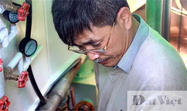 Sau khi giới thiệu các tính năng và nguyên lý hoạt động của con tàu, ông Nguyễn Quốc Hòa bắt đầu đóng nắp tàu và khởi động máy. Ban đầu động cơ tàu sử dụng không khí từ bên ngoài, do đó khói thoát ra từ ống xả.