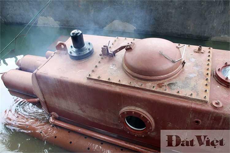 Sau khi vận hành hệ thống AIP, không còn khói thoát ra từ ống xả. Tàu bắt đầu vào chế độ tuần hoàn khí và lặn dần xuống bể thử nghiệm.