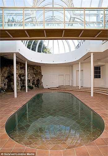 Với một thao tác cực kỳ đơn giản là nhấn nút, một phần nền nhà sẽ 'tụt' xuống và nước bắt đầu tràn ra - bể bơi xuất hiện chỉ 15 phút sau đó.