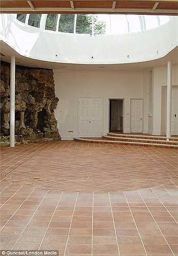 Bình thường, một căn phòng như thế này có thể được sử dụng làm phòng tập thể hình, phòng học nhảy, nơi tổ chức tiệc tùng...