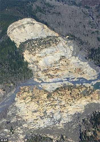 Tất cả trở nên tan hoang và nhuốm màu bùn sau khi xảy ra thảm họa