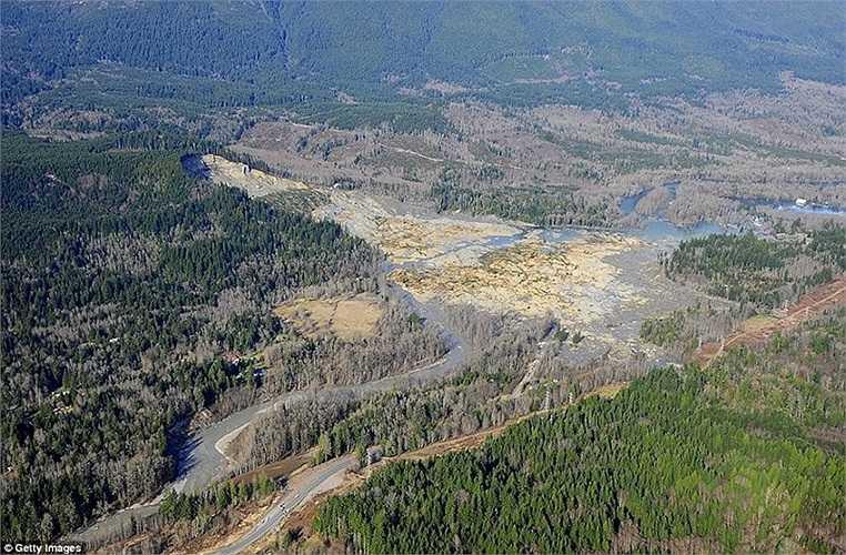 Dòng sông bị biến dạng sau vụ lở bùn