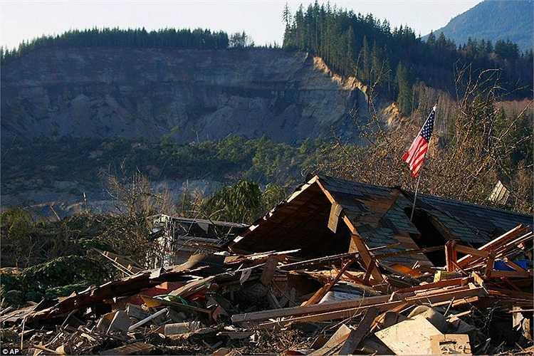 Những ngôi nhà đổ nát sau thảm họa