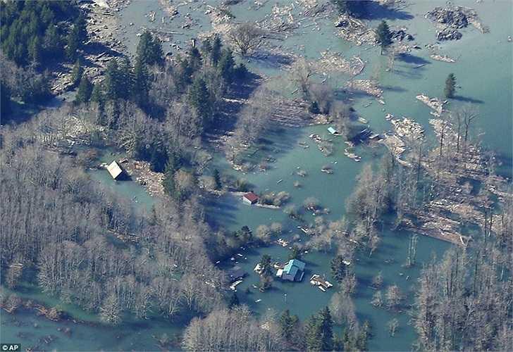 Nhà cửa ngập chìm trong nước và bùn