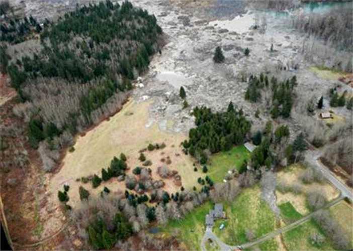 Vụ lở bùn đã làm hư hỏng hơn 100 ngôi nhà và khiến hàng trăm học sinh mất trường học