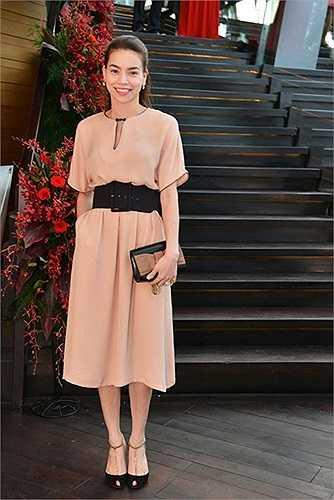Thắt lưng mặt vuông cổ điển phù hợp với mẫu váy midi nữ tính, duyên dáng.