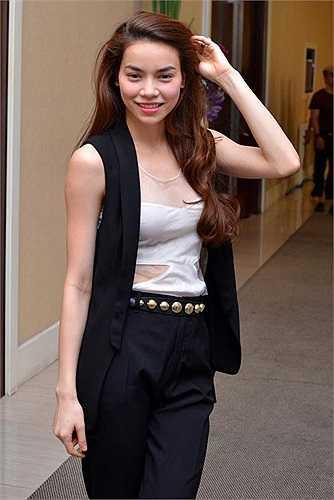 Hồ Ngọc Hà sở hữu hai chiếc áo blazer trần tay với 2 phiên bản màu đen trắng của Zara. Nữ ca sĩ cũng kết hợp trang phục với áo hoa rất khéo khi biết cách làm nổi bật chúng bằng quần ton-sur-ton.