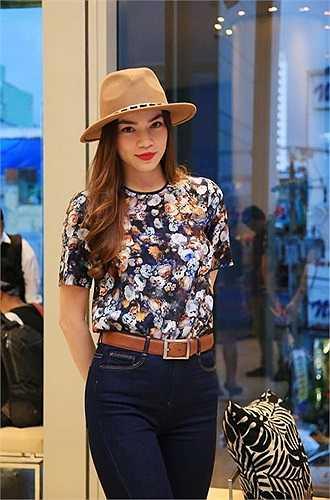 Hà Hồ rạng rỡ trong chiếc áo hoa Zara được mix màu rất cùng tông với thắt lưng, Áo hoa này được bán với giá khoảng 1 triệu đồng.