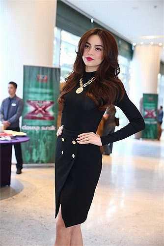 Nữ giám khảo cũng không bỏ lỡ chiếc váy xếp nếp xinh xắn của Zara với giá chỉ trên 1 triệu đồng. Nhưng dưới bàn tay mix đồ của cô, set đồ gam đen đơn giản trở nên sang trọng hơn bao giờ hết.